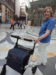 Cruising lady aan de Galleria Umberto in Napels met de Rollz Flex rollator