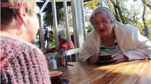 Een goed gesprek tussen moeder en dochter bij een cappucino