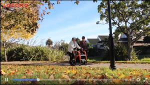 Met je dochter wandelen in het park, ook de stok gaat mee aan de oranje rollator