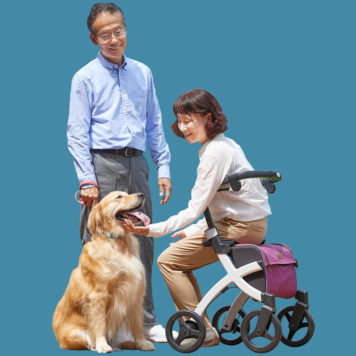 Een vrouw die op een Rollz Flex rollator zit en haar hond aait